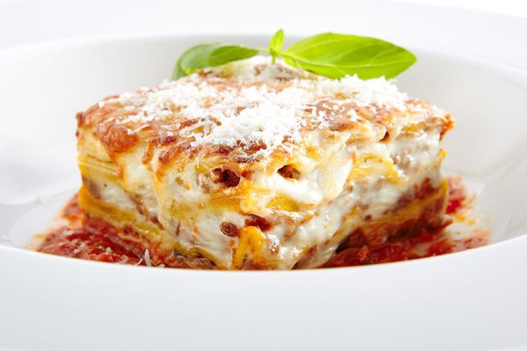 Ilustrasi lasagna dengan saus bechamel.