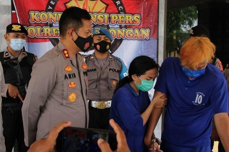 Kapolres Pekalongan Jawa Tengah AKBP Aris Tri Yunarko menginterogasi KT dan QY yang merupakan pasutri spesialis pembobol jok sepeda motor.