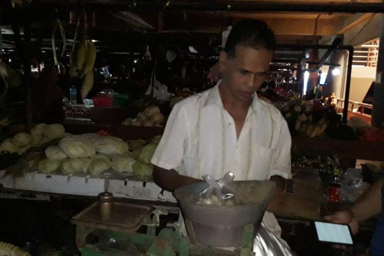 Agung salah seorang pedagang di Pasar Tomang Barat, Tomang, Jakarta Barat, Senin (10/2/2020)
