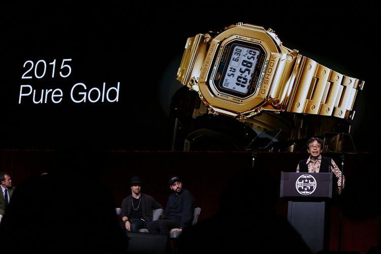 Penemu G-Shock Kikuo Ibe saat presentasi prototipe G-Shock berbahan emas inovasi tahun 2015, di acara pesta peringatan 35 tahun G-Shock di Madison Square Garden, New York, AS, Kamis (9/11/2017) malam. Jam tangan asal Jepang G-Shock yang pertama kali diluncurkan pada 1983 silam, merayakan pesta peringatan 35 tahun bertajuk Shock The World di AS.
