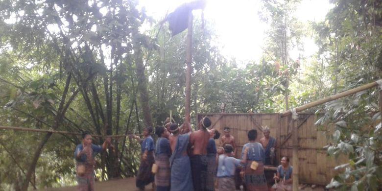 Tarian Tua Reta Lou ditampilkan saat menyambut tamu di sanggar budaya Bliran Sina, di Desa Kajowair, Kecamatan Hewokloang, Kabupaten Sikka, NTT, Minggu (19/5/2019).