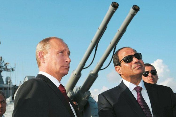Presiden Rusia Vladimir Putin dan Presiden Mesir Abdel Fattah El Sisi mendengarkan penjelasan selama kunjungan mereka ke kapal penjelajah peluru kendali Armada Laut Hitam Moskwa di pelabuhan Sochi, Rusia.