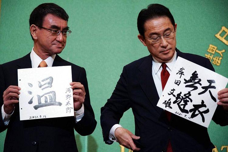 Calon kuat Perdana Menteri Jepang Taro Kono (kiri) dan Fumio Kishida berfoto setelah selesainya debat calon presiden Partai Liberal Demokratik di Gedung Japan National Press Club, Sabtu (19/9/2021)