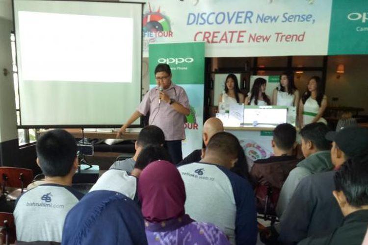 Peserta Selfie Race Oppo yang mayoritas Komunitas Blogger Pontianak,  antusias mencoba Oppo F1s dalam workshop fotografi dan teknik review.