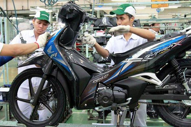 Honda Supra X 125 Helm in warna biru di pabrik AHM.