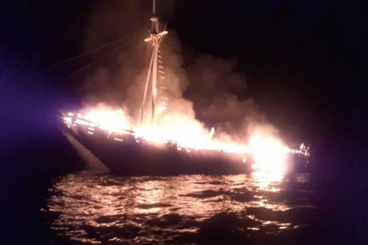 Kapal wisata dari Yapale Pulau Misool Selatan, Kabupaten Raja Ampat menuju Pulau Sumbawa, terbakar di perairan Tobea Selat Buton, Sulawesi Tenggara pada Senin (19/4/2021).