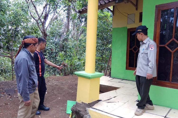 BPBD Kabupaten Tasikmalaya meninjau lokasi bencana pergerakan tanah di Kecamatan Puspahiang, Kabupaten Tasikmalaya, Kamis (5/12/2019).
