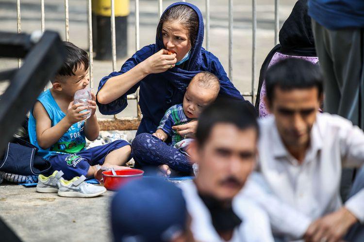 Pencari suaka dari negeri Afghanistan, Irak, Iran dan Pakistan berunjuk rasa di kantor United Nations High Commissioner For Refugees, UNHCR, di kawasan Kebon Sirih, Jakarta Pusat, Senin (13/7/2020). Mereka menuntut Badan Komisi Tinggi PBB untuk pengungsi United Nations High Commissioner for Refugees (UNHCR) bertanggung jawab terhadap nasib mereka yang sejak delapan tahun lalu tidak diberangkatkan ke negara ketiga.