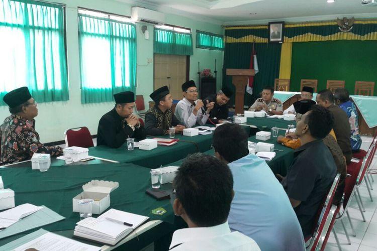 Salah satu pengurus Jemaah Ahmadiyah Madiun menyampaikan aspirasinya dalam dialog yang digelar Kantor Kementerian Agama Kota Madiun bersama aparat keamanan, Selasa (5/9/2017) .