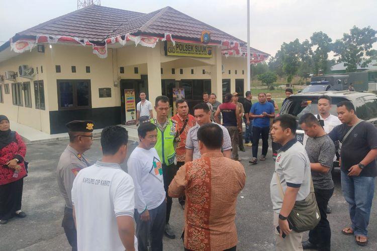 Rombongan Wagub Babel Abdul Fatah saat dievakuasi ke Mapolsek Sijuk, Belitung, Sabtu (2/11/2019).