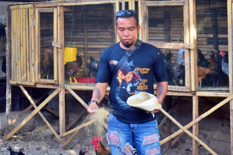 Foto : Rofin Muda, peternak ayam kampung di Dusun Kloangbolat, Desa Geliting, Kabupaten Sikka, NTT.