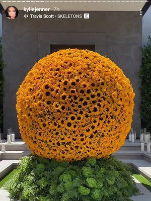 Dekorasi bunga di rumah Kylie Jenner di Calabasas, California, AS, untuk merayakan Hari Ayah bagi Travis Scott.