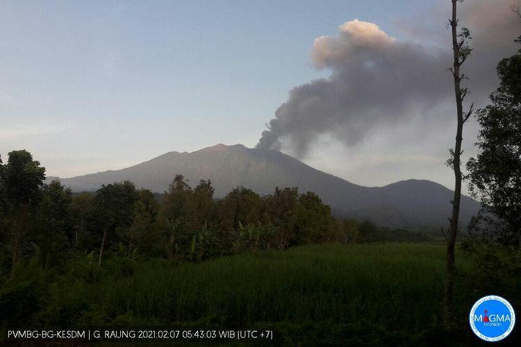 Status Gunung Raung yang berada di perbatasan Kabupaten Banyuwangi, Jember dan Bondowoso ini naik satu level dari normal (level I) menjadi waspada (level II)