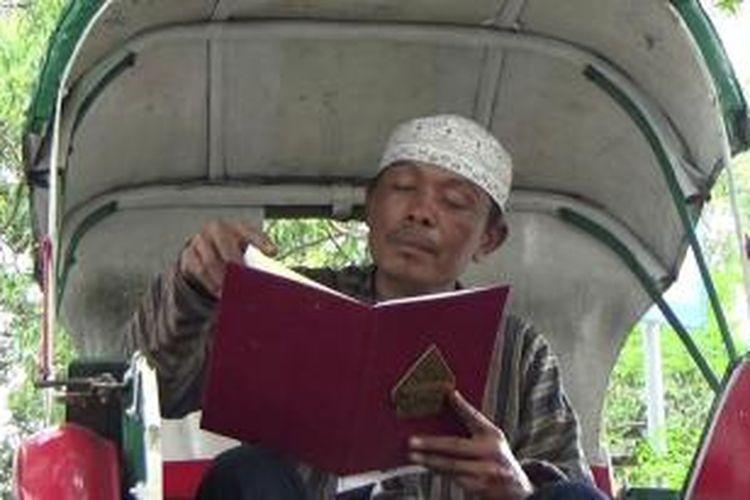 Ahmad Sardi membaca undangan pernikahan Gibran Rakabuming Raka dan Selvi Ananda. Sebagai tukang becak, Sardi merasa senang karena mendapat kesempatan hadir di acara pernikahan putra Presiden Joko Widodo tersebut.