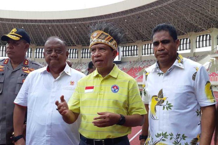 Menpora Zainudin Amali(baju kuning) memberi keterangab kepada media usai meninjau Stadion Papua Bangkit, Jayapura, Papua, Kamis (13/02/2020)