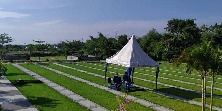 Pemakaman Muslim Al Azhar Memorial Garden di Karawang Timur Jawa Barat. Pemakaman Muslim seluas 25 hektar ini mempunyai kapasitas sebanyak 29.000 jenazah dan menggunakan konsep makam dalam taman yaitu melalui landsekap yang hijau dan asri.