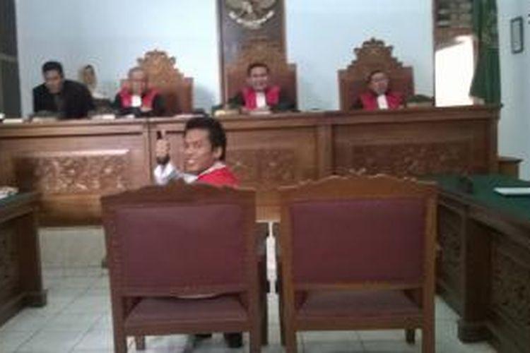 Robby Abbas, mucikari yang terlibat dalam kasus prostitusi artis melakukan pledoi kepada majelis hakim Pengadilan Negeri Jakarta Selatan. Dia membantah fakta-fakta persidangan dan menginginkan hukuman seringan-ringannya bahkan vonis bebas, Senin (19/10/15).