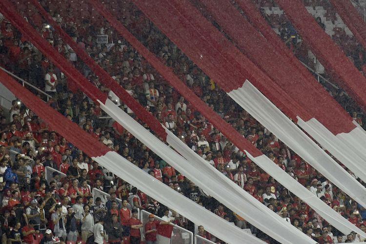 Suasana tribun penonton saat menyaksikan laga persahabatan antara Indonesia melawan Islandia di Stadion Utama Gelora Bung Karno, Jakarta, Minggu (14/1). Pertandingan tersebut menandai peresmian renovasi SUGBK yang dipersiapkan untuk menyambut Asian Games XVIII Agustus mendatang. ANTARA FOTO/Puspa Perwitasari/foc/18.