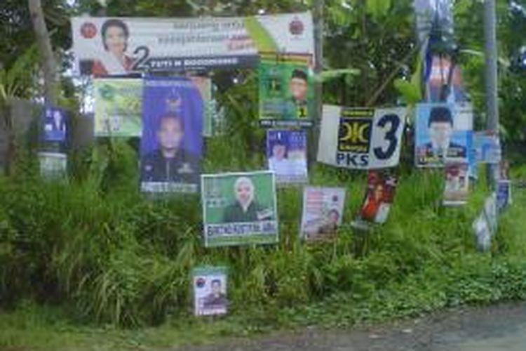 Salah satu pemandangan di Ungaran Timur, Kabupaten Semarang. Sejumlah caleg maupun parpon berlomba-lomba memasang alat peraga kampanye