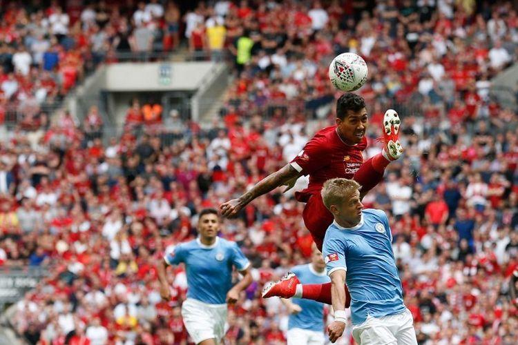 Penyerang Liverpool, Roberto Firmino, berduel dengan bek Manchester City, Oleksandr Zinchenko, pada pertandingan Liverpool vs Man City dalam Community Shield 2019 di Stadion Wembley, 4 Agustus 2019.