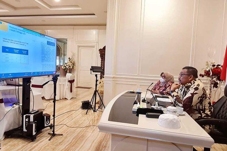 Gubernur Murad Ismail didampingi Kepala Dinas Pendidikan dan Kebudayaan Insun Sangadji mengikuti rapat koordinasi dalam rangka evaluasi pembukaan sektor pendidikan selama masa PPKM di Provinsi Maluku yang dibuka Menteri Koordinator Maritim dan Investasi RI Luhut Binsar Pandjaitan dan berlangsung secara virtual, Kamis (26/8/2021).