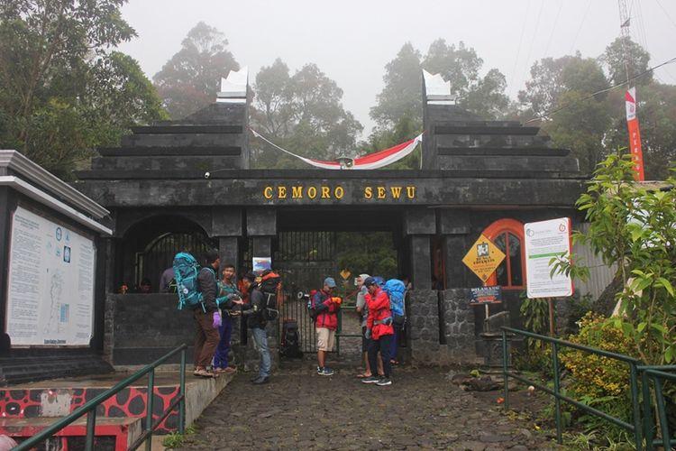 Pos Pendakian Gunung Lawu di Cemoro Sewu, Magetan.