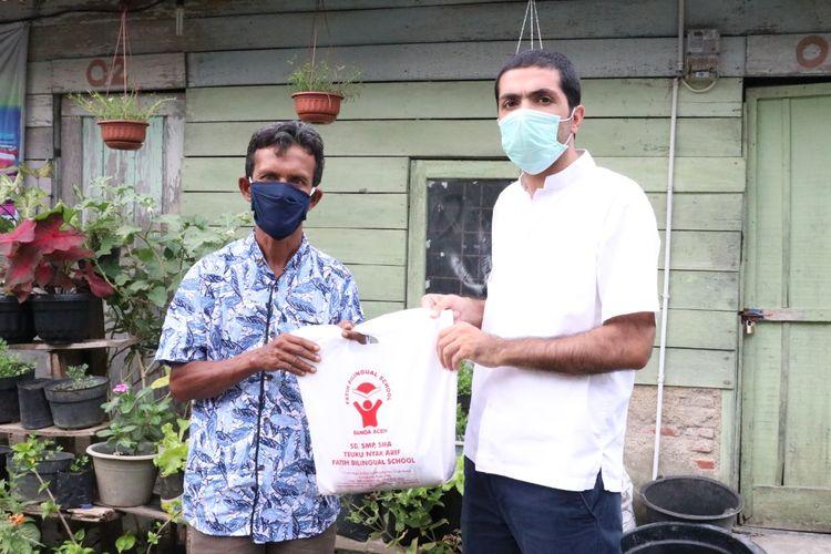 Teuku Nyak Arif Fatih Bilingual School dan Fatih Bilingual School dalam Idul Adha 2020 membagikan sebanyak 21 ekor sapi dan 2 ekor kambing hewan kurban kepada masyarakat terdampak pandemi Covid-19 (31/7/2020).