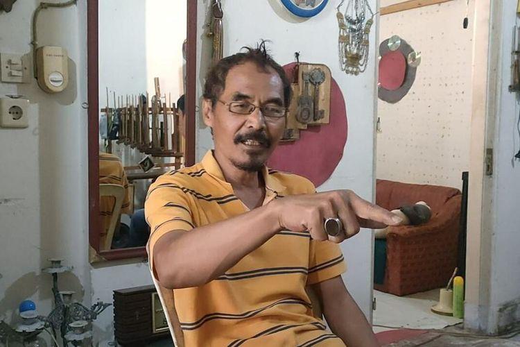 Bambang Samsudin, seniman dan guru angklung menunjukkan metode kodaly untuk mengarahkan pelajar memahami angklung di Studio Angklung Budi Asih, Sumedang, Jumat (17/9/2021). AAM AMINULLAH/KOMPAS.com