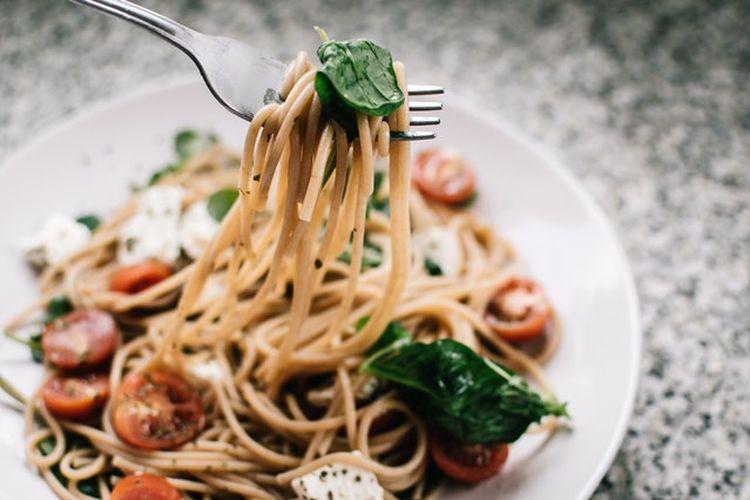 Salah satu praktik diet sehat adalah makan perlahan. Ini memungkinkan kita untuk lebih menikmati makanan dan membuat kita lebih cepat kenyang.