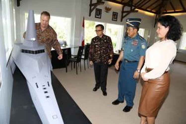 Kepala Staf Angkatan Laut (KASAL) Laksamana TNI Dr Marsetio dan Bupati Banyuwangi Abdullah Azwar Anas saat meninjau proses pembuatan kapal