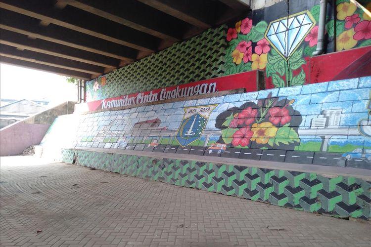 Pemandangan Mural bergaya Betawi di kolong tol Pesanggrahan, Jakarta Selatan, Selasa (2/7/2019)