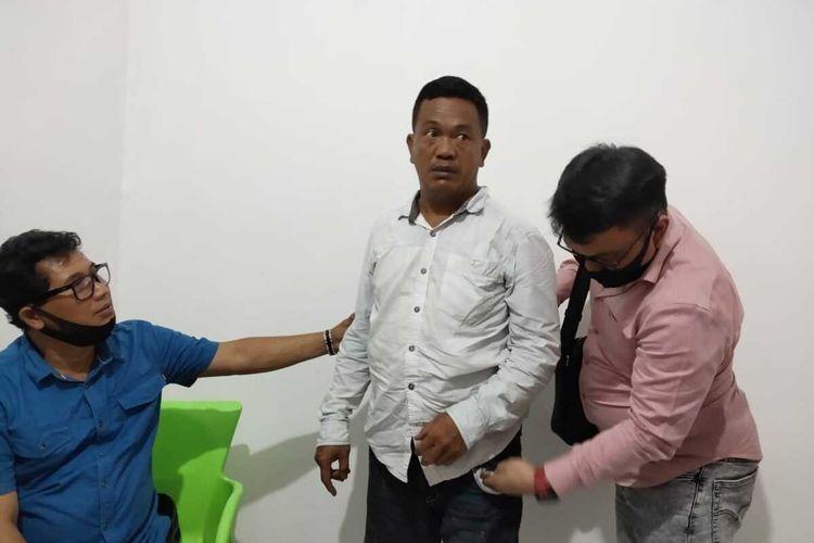 Rustam (42) salah satu pelaku perampokan mobil mewah dengan modus sebagai anggota polisi saat diamankan di Polda Sumatera Selatan, Kamis (2/7/2020).