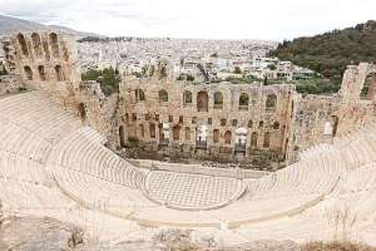 Herod Atticus Odeon adalah bukti cinta Herodus kepada istrinya. Theater ini berkapasitas 5.000 penonton.