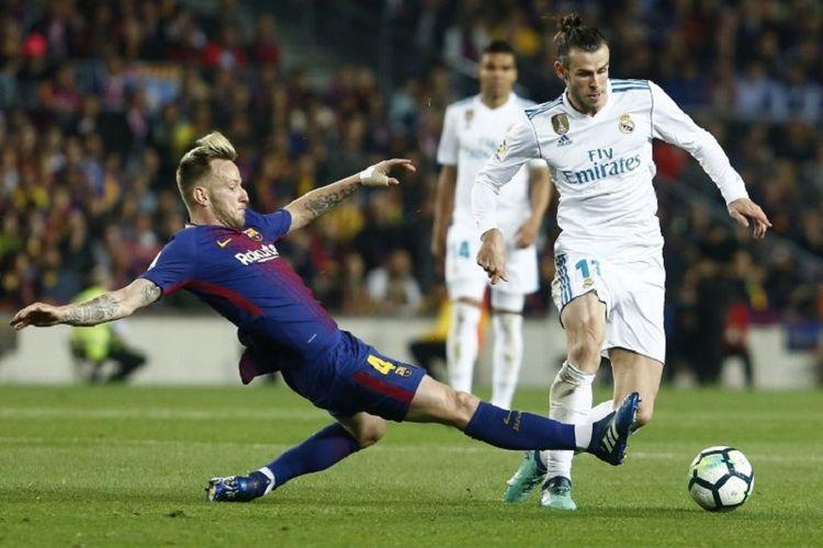 Ivan Rakitic mencoba menghadang Gareth Bale pada pertandingan El Clasico antara Barcelona dan Real Madrid di Camp Nou, 6 Mei 2018.