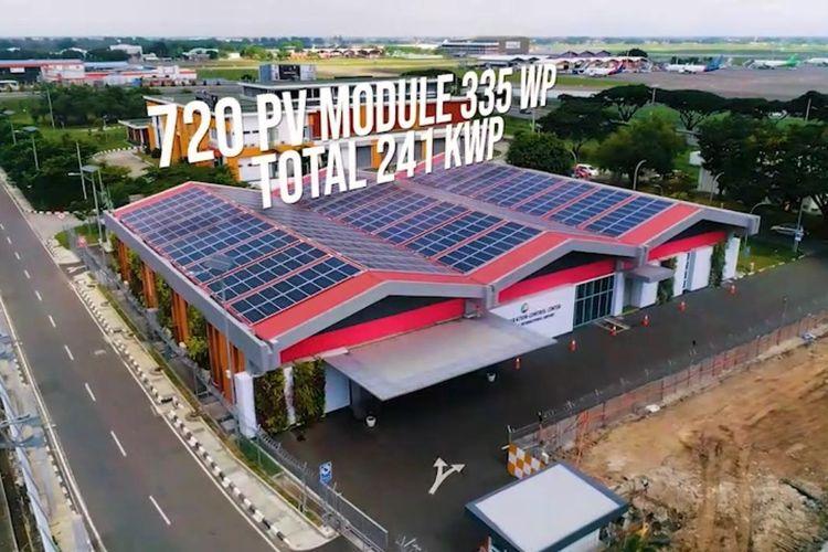 Gedung Airport Operation Control Center (AOCC) di Bandara Soekarno-Hatta dipasang solar panel untuk Pembangkit Listrik Tenaga Surya (PLTS)