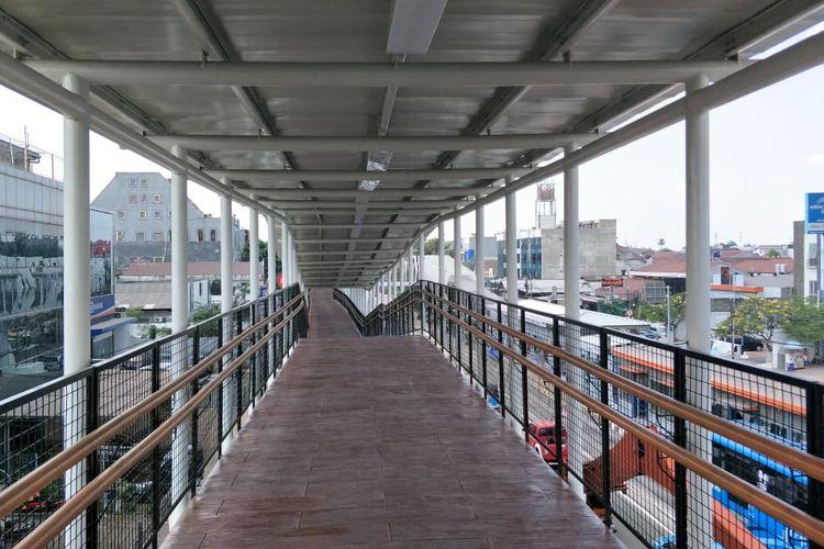 Jembatan penyeberangan atau skybridge yang menghubungkan Stasiun LRT Velodrome dan Halte Transjakarta Pemuda di Jakarta Timur ditutup. Foto diambil Kamis (11/7/2019).