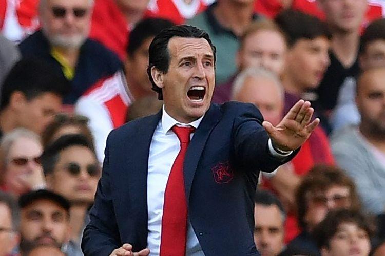 Unai Emery tengah memberi instruksi kepada pasukannya dalam laga Arsenal vs Tottenham Hotspur di Stadion Emirates, 1 September 2019.