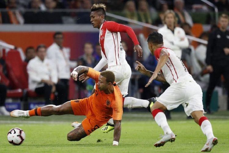 Aksi penyerang Belanda, Memphis Depay (oranye), saat laga melawan Peru, Kamis (6/9/2018) atau Jumat dini hari.