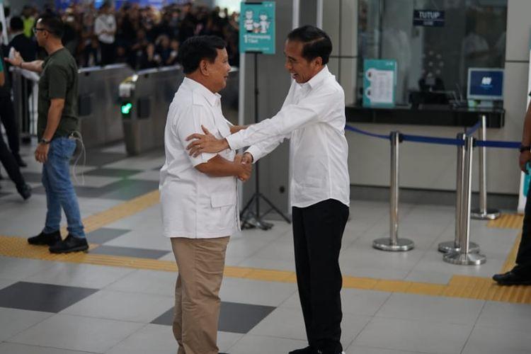 Presiden Joko Widodo bertemu calon presiden, Prabowo Subianto di Stasiun MRT Lebak Bulus, Jakarta Selatan, Sabtu (13/7/2019).