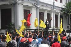 4 Kelompok Massa Suarakan Tuntutan Hari Buruh di Bundaran Tugu Kota Malang