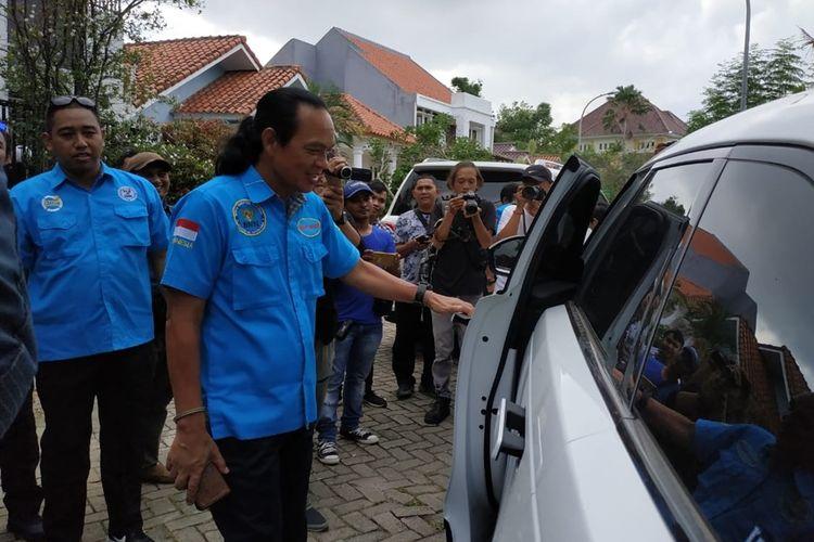 Deputi Pemberantasan BNN Pusat Irjan Pol Arman Depari mengecek dan melihat mobil mewah milik tersangka Adam yang disimpan dilaman rumahnya di Sukajadi Komplek Palm Ratu No.39 Batam