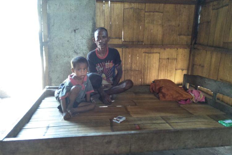 Foto : Marianus (45), nelayan asalDesa Nangatobong, Kecamatan Waigete, Kabupaten Sikka, NTT, sudah 10 tahun bekerja sebagai nelayan dengan menggunakan peralatan seadanya.