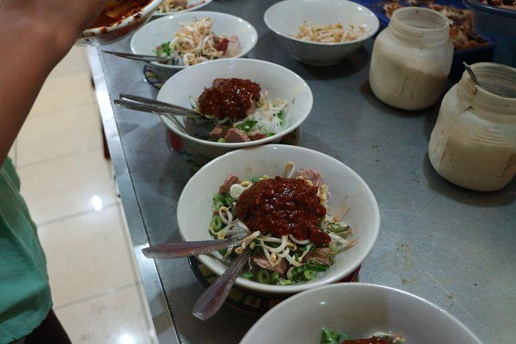 Penjual soto tauto di Warung Soto Tauto Bang Dul cabang Jalan Gajah Mada, Kota Pekalongan menyiapkan kuliner soto tauto. Soto tauto merupakan kuliner khas Pekalongan. Soto tauto sendiri merupakan salah satu kuliner yang dicari wisatawan yang berkunjung ke Pekalongan.