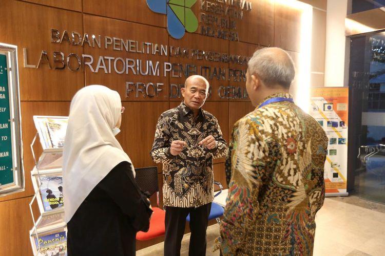 Menko PMK Muhadjir Effendy saat mengunjungi Laboratorium Penelitian Penyakit Infeksi dr. Sri Oemijati di Badan Penelitian dan Pengembangan Biomedis dan Teknologi Dasar Kesehatan Kementerian Kesehatan, Jalan Percetakan Negara, Jakarta Pusat, Rabu (12/2/2020).
