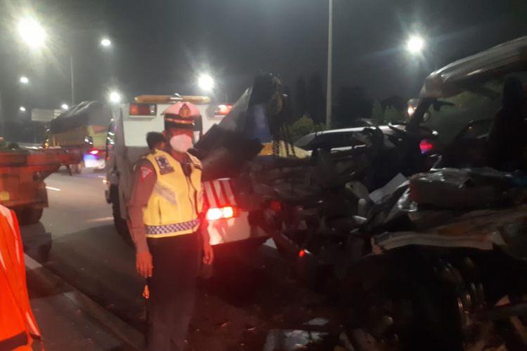 Dit Lantas Polda Metro Jaya melakukan pengaturan arus lalin di Tol JORR Km 11+600 Joglo arah Meruya dalam rangka evakuasi kecelakaan kendaraan box B 9487 FCB yang menabrak trailer W 8345 US.