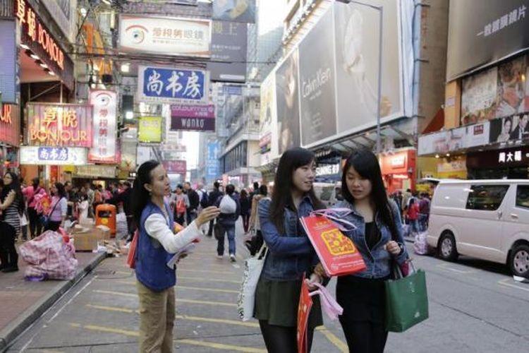 Suasana di salah satu pusat perbelanjaan di Langham Place, Mong Kok, Hongkong, Kamis (30/1/2014). Hongkong saat ini memiliki populasi sekitar tujuh juta penduduk dan bangunannya didominasi dengan rusun atau apartemen.