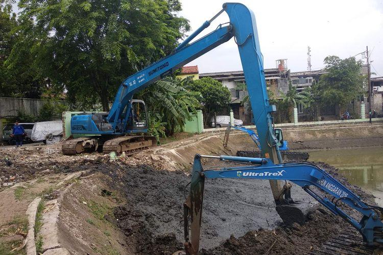 Pengerukan Waduk Poncol, Ragunan, Jakarta Selatan, Kamis (20/9/2018).