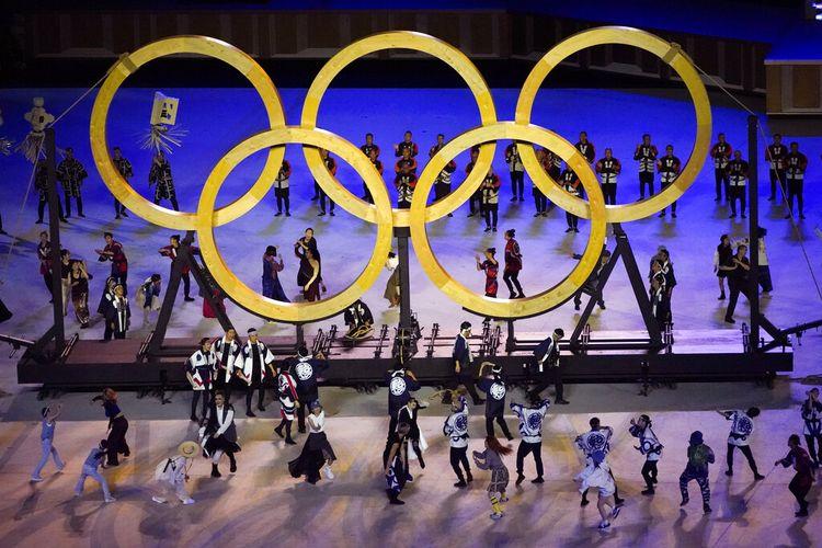Para penari tampil saat upacara pembukaan di Stadion Olimpiade pada Olimpiade Musim Panas 2020, Jumat, 23 Juli 2021, di Tokyo, Jepang.