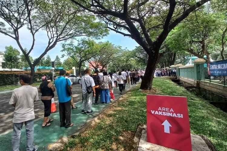 Antrean vaksinasi Covid-19 massal di Gedung Sport Center Alam Sutera, Tangerang Selatan mengular hingga ke jalan, Selasa (15/6/2021).