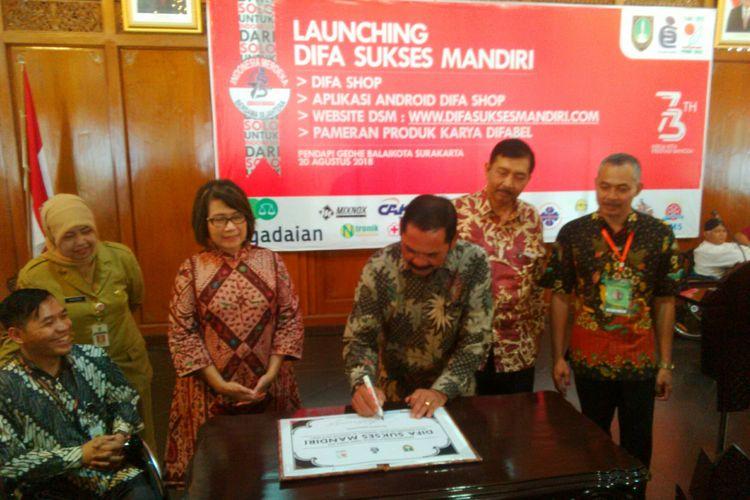 Wali Kota Surakarta, FX Hadi Rudyatmo menandatangani program peluncuran program pemberdayaan ekonomi Difabel Sukses Mandiri (DSM) di Pendapi Gede Balai Kota Solo, Jawa Tengah, Senin (20/8/2018).